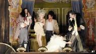 """Die Schauspieler wissen, was Frank Castorf sehen will: Alexander Scheer, Hanna Hilsdorf, Patrick Güldenberg, Jeanne Balibar und Jean-Damien Barbin (von links) bringen """"Die Kabale der Scheinheiligen. Das Leben des Herrn de Molière"""" über die Bühne."""