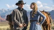 """Sie selbst sind nicht echt, ihre Gefühle schon: James Marsden und Evan Rachel Wood spielen in """"Westworld"""" ein trautes Paar der anderen Art."""