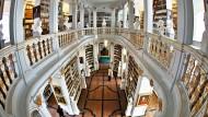 Hier gibt es nur echtes Wissen, geprüft und beglaubigt: Die Herzogin Anna Amalia Bibliothek in Weimar.