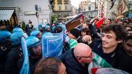 Kein Meinungseinerlei mehr: Am 16. Mai geraten in Neapel Polizei und Gegner des Innenministers Matteo Salvini aneinander.