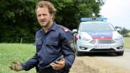 Hätte er bloß nicht diesen einen Fehler begangen: Der Polizist Hannes Bucher (Maximilian Brückner) löst eine Kette von Ereignissen aus, die Pregau ins Unheil stürzen.