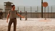 Knastbrüder: Als Leo und Vincent treffen die Spieler im Gefängnishof aufeinander.