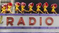 In der Radio City Music Hall in New York wird der Musik noch ganz analog Beine gemacht. Dafür sorgten in diesem Sommer die Radio City Rockettes.