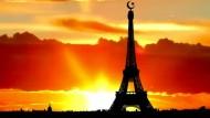 """Eifelturm mit Halbmond: Das Bild stammt aus einem Video, das """"Secure America Now"""" mit Hilfe von Facebook im Internet verbreitete."""