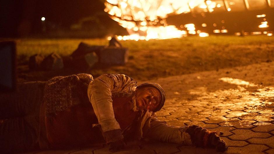 Steffie (Hildegard Schroedter) rettet sich aus dem brennenden Schiff.