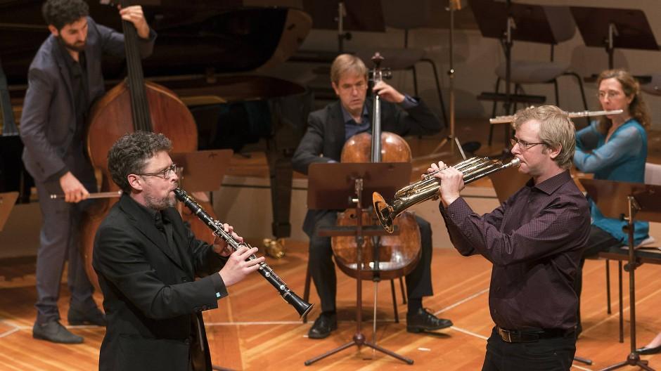 Das Ensemble Musikfabrik spielt auf.
