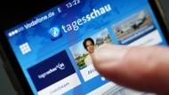 """Nur einen Fingertipp entfernt: Um die App der """"Tagesschau"""" haben Presseverlage (darunter der Verlag der F.A.Z.) und die ARD vor Gericht gerungen."""