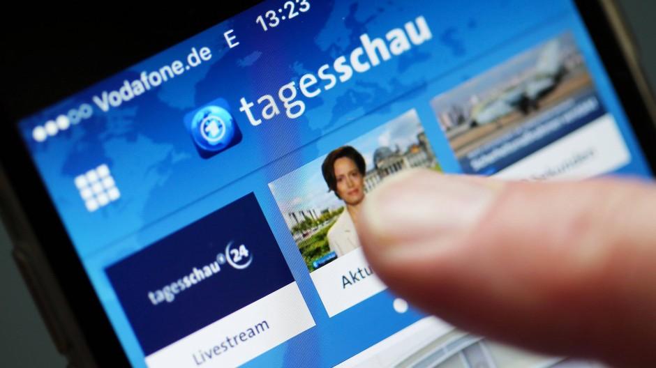 """Nur einen Fingertipp entfernt: Um die App der """"Tagesschau"""" haben Presseverlage (darunter der Verlag der F.A.Z.) und die ARD vor Gericht gerungen. Die Auseinandersetzung ist noch nicht vorbei."""