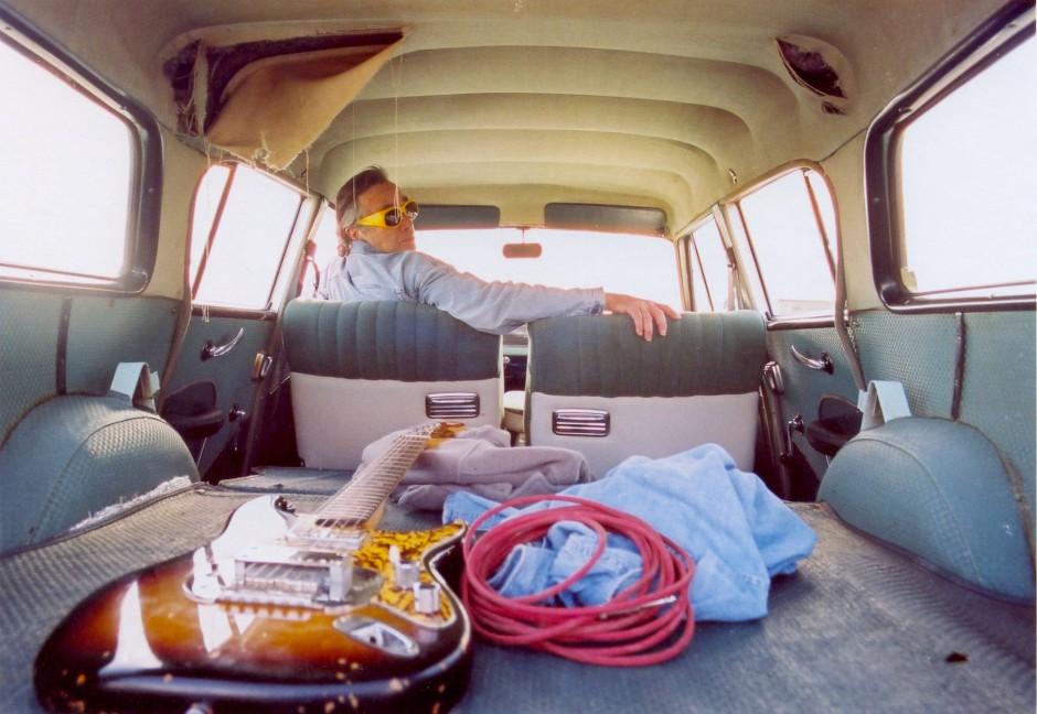 """""""Unterwegs"""" als Lebensgefühl: Ry Cooder am Steuer eines alten Autos, in dessen Laderaum seine Gitarre liegt."""