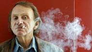 So kennt man ihn: Der französische Schriftsteller Michel Houellebecq, rauchend.