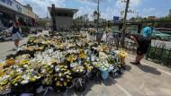 Zum Gedenken an die Menschen, die in der überschwemmten U-Bahn von Zhengzhou in der Provinz Henan starben, wurden Blumen vor der Station niedergelegt.