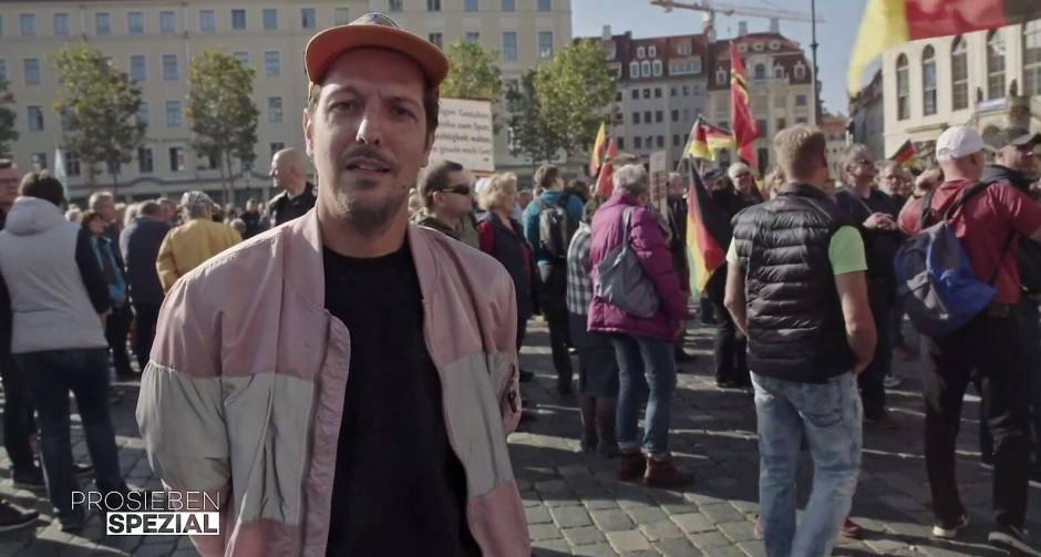 Reporter Thilo Mischke bei einer Pegida-Demonstration in Dresden.