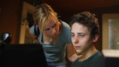 Im fahlen Widerschein des Bildschirms: Nicht alles, was Florian (Nino Böhlau) im Internet sieht, kann seine kindliche Seele auch verkraften