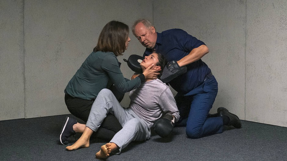 Im Nahkampf: Die Kommissare Mila Sahin (Almila Bagriacik, links) und Klaus Borowski (Axel Milberg) mit der Polizeischülerin Nasrin (Soma Pysall).