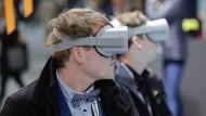 Behält man mit einer VR-Brille vor Augen den Durchblick? Dieser Besucher der re:publica probiert es aus.