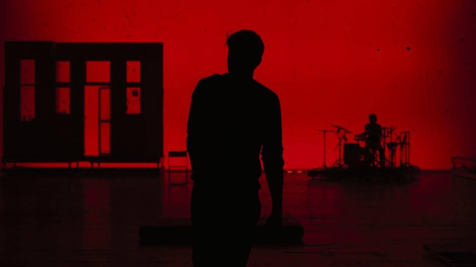 """Damit beginnt es: Szene aus der Aufführung von """"Einfach das Ende der Welt"""", vom Schauspielhaus Zürich, per Livestream."""