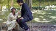 Die Dame von Welt und ihr privater Sekretär: Araminte (Isabelle Huppert) und Dorante (Louis Garrel) kommen sich nicht nur im Park näher.