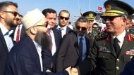 Hand in Hand für Erdogan: Der Geistliche Ahmet Mahmut Ünlü, genannt Ahmet Hodscha, kann Generalstabschef Hulusi Akar nicht schnell genug die Hand geben