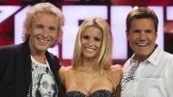 """Wie ein Dompfarrer, der noch einmal in die Mission geht: Thomas Gottschalk mit Michelle Hunziker und Dieter Bohlen als Juror der Castingshow """"Das Supertalent"""""""