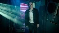 """Lukas Franke (Matthias Schweighöfer) ist gehackt worden. Das merkt man ihm in jeder Szene der Serie """"You Are Wanted"""", die vorab zu sehen waren, an."""