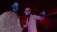 """Gestatten, mein Name ist Diskokugel: Die Szene aus dem Musikvideo zu Tame Impalas Lied """"'Cause I'm A Man"""" darf man wohl als Anspielung auf die Gruppe Daft Punk verstehen."""