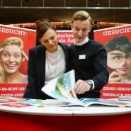 Junge Leute auf einer Jobmesse in Schwerin