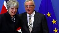 Die britische Premierministerin Theresa May trifft sich mit EU-Kommissionspräsident Juncker (Archivbild).