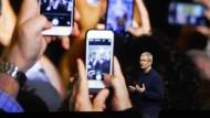 Apple-Chef Tim Cook wird am Dienstag mit den neuen iPhone-Modellen im Fokus stehen.