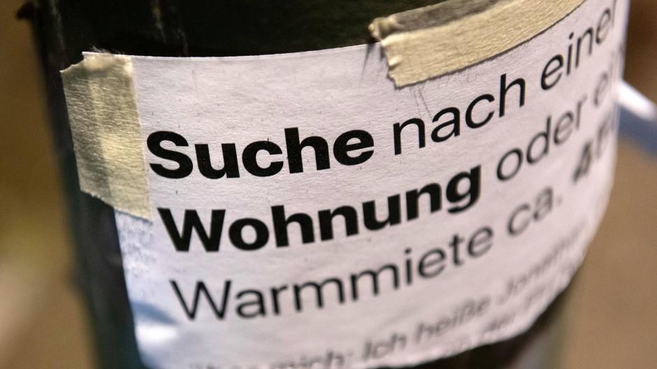 Verzweifelte Wohnungssuche per Zettel an einem Laternenpfahl in Berlin