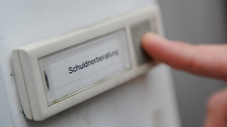 Mietschulden sind bei überschuldeten Menschen in Ostdeutschland deutlich weiter verbreitet als im Westen.