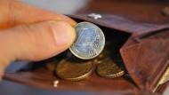 Knapp bei Kasse: Psychotherapeuten in der Ausbildung werden weit unter dem Mindestlohn bezahlt. Das soll sich nun ändern.