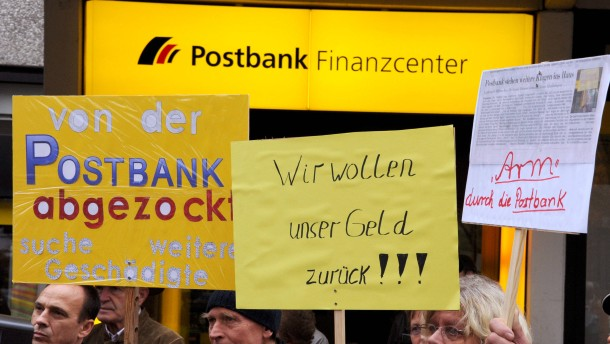 Anleger demonstrieren vor Postbank