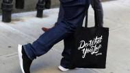 Gefeuert: Ein Mitarbeiter von Wework verlässt das Hauptquartier des Unternehmens in New York