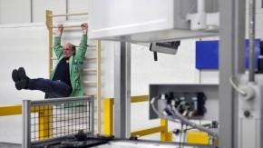"""Mit dem  Projekt """"Heute für morgen"""" will der  Automobilhersteller BMW seine älter werdende Belegschaft länger leistungs- und beschäftigungsfähig halten."""