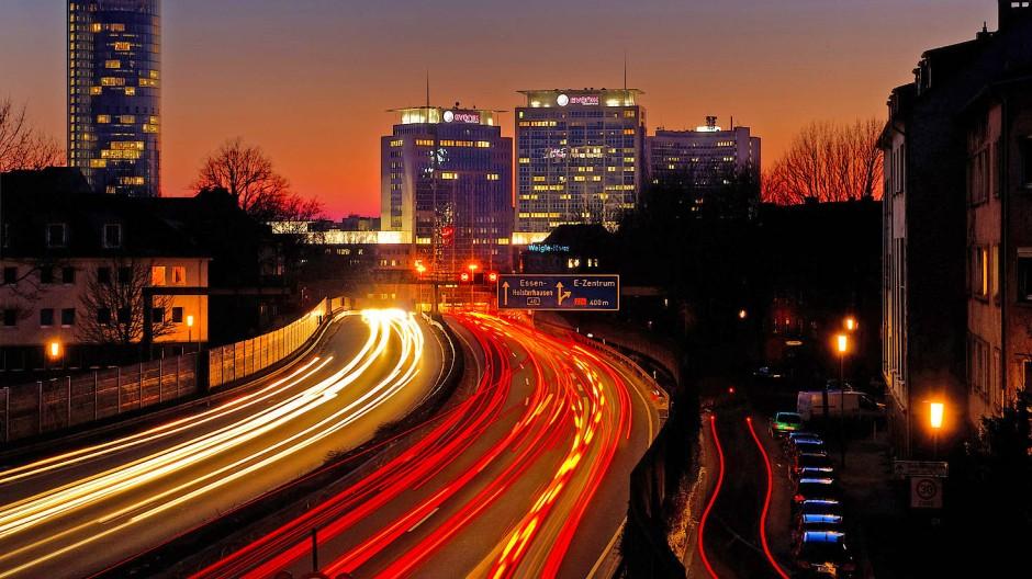 Autoverkehr bei Nacht: In der Krise war es ruhig auf den Straßen - jetzt gibt es wieder Staus, wenn der Verkehr zunimmt und die Baustellen bleiben.