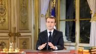 Frankreichs Staatspräsident Emmanuel Macron hat höhere Sozialausgaben angekündigt.