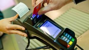 Ein Kunde zahlt in einem Supermarkt mit einer EC-Karte. Verbraucherschützer warnen vor einem Abfragen weitergehender Kundendaten beim Zahlen mit EC-Karte und Unterschrift.