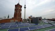 Eine Photovoltaikanlage auf dem Dach des Roten Rathauses in Berlin.