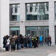 Mitte März warten Kunden vor einem Goldshop in Dresden.