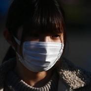 Auch Japaner tragen nun Schutzmasken wie diese Frau in Yokohama