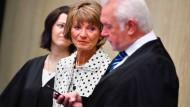 Die frühere Oberbürgermeisterin von Pforzheim, Christel Augenstein (Mitte, FDP), ihr Anwalt Wolfgang Kubicki und die Anwältin Jennifer Schumacher in Mannheim