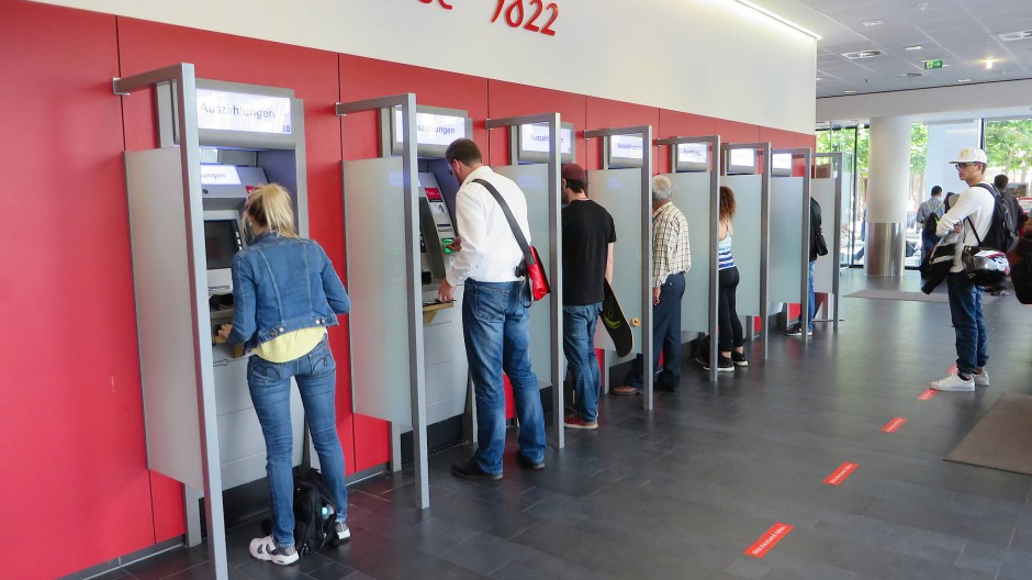 Die Frankfurter Sparkasse hatte zu den ersten Instituten in Deutschland gehört, die wegen der Corona-Krise die Dispozinsen deutlich verringert hatten - um Kunden zu entlasten.