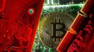Eine symbolische Bitcoin-Münze auf einem Computerchip