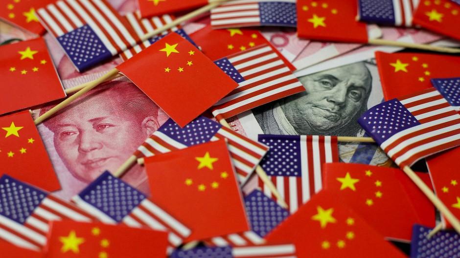 Yuan-Noten und Dollar unten chinesischen und amerikanischen Flaggen