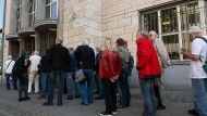 Viele Menschen stehen Schlange vor der Bundesbank wegen einer neuen Sondermünze.