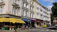 Bunte Läden und prächtige Altbauten mit cremeweißen Fassaden prägen das Bild in Belsize Park.