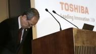 Toshiba-Präsident Satoshi Tsunakawa verbeugt sich während einer Pressekonferenz. Wegen massiver Probleme bei seiner amerikanischen Atomsparte hat der angeschlagene Technologiekonzern noch einmal die Vorlage seiner Quartalszahlen verschoben.