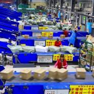 Arbeiter sortieren Pakete in einem chinesischen Logistikzentrum
