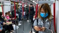 In ganz Asien, wie hier in Hongkong, schützen sich die Menschen vor dem Virus, teilweise ist das Tragen einer Maske Pflicht.
