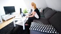 Wer zwischen Fernseher, Couch und Bügelbrett seine Arbeit erledigt, kann die Kosten für ein Arbeitszimmer auch weiterhin nicht absetzen.